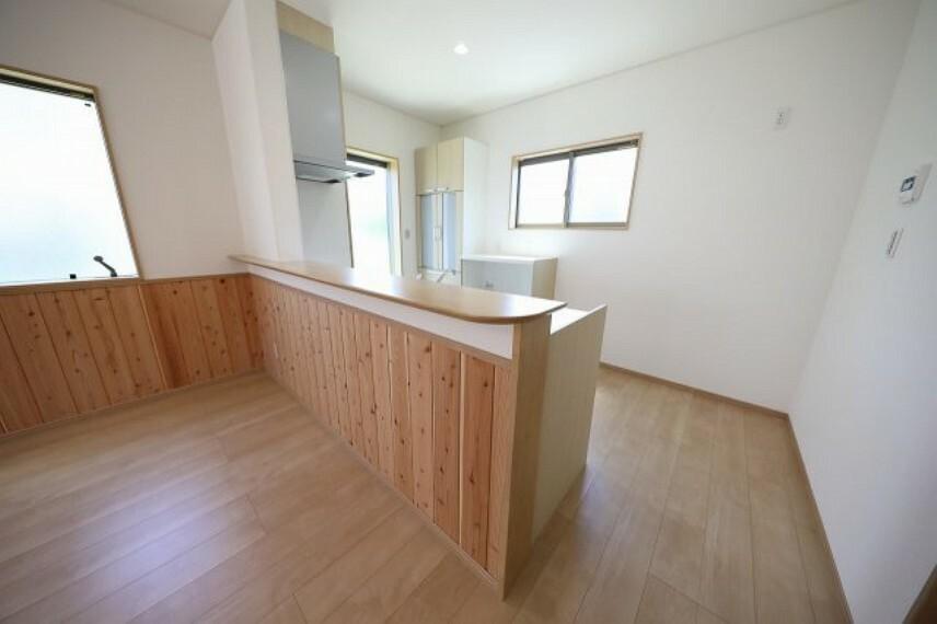 キッチン 備え付けの食器棚がございますので収納にも困りません。