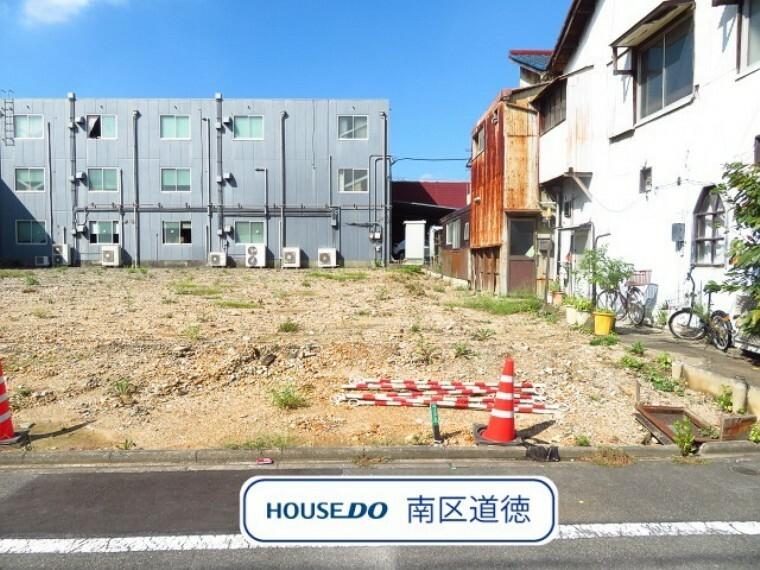 現況外観写真 東向きのお家が建ちます。4LDKの間取り、並列2台駐車可能です。 小学校まで徒歩約4分と、お子様の通学も安心な距離に立地です。 (2021年9月27日撮影)