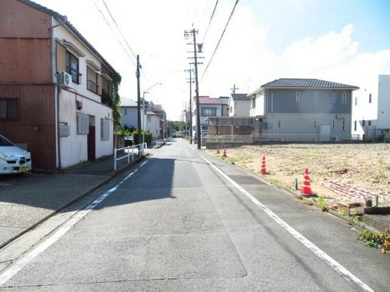 現況外観写真 前面道路は南方面への一方通行ということもあり、車の通りも多くなく駐車がしやすいです。  (2021年9月27日撮影)