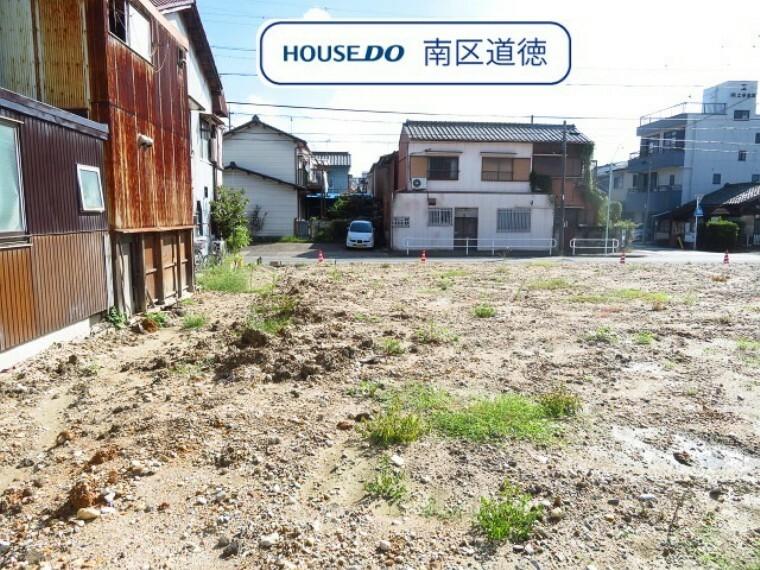 現況外観写真 西側からの写真です。2号棟は、延長敷地の住宅になります。4LDKの間取り、駐車は並列2台可能です。 (2021年9月27日撮影)